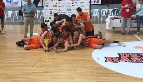 Els jugadors del València celebren a la pista la victòria final.