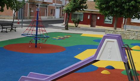 El nou parc infantil de la plaça A2 de Mequinensa.