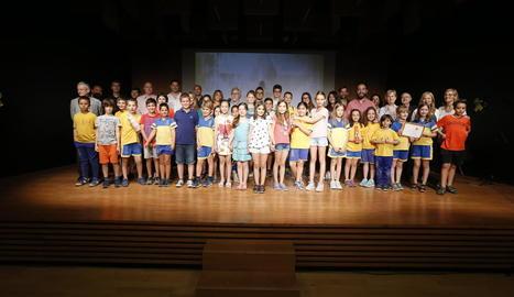 Foto final de grup amb la majoria de premiats en el concurs, ahir a l'Espai Orfeó de Lleida.
