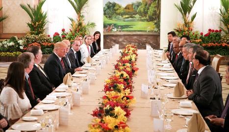El president nord-americà, Donald Trump, davant del seu homòleg singapurès, Lee Hsien Loong.