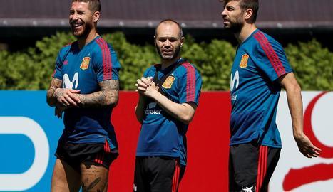 Sergio Ramos, Andrés Iniesta i Gerard Piqué, durant la sessió d'entrenament de la selecció.