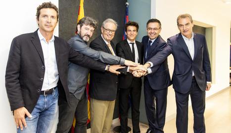 Riqui Puig, al centre, amb els representants del Barça després de firmar la renovació.