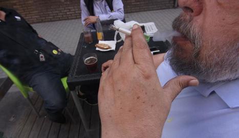 Un home fumant, ahir, en una terrassa de Lleida ciutat.