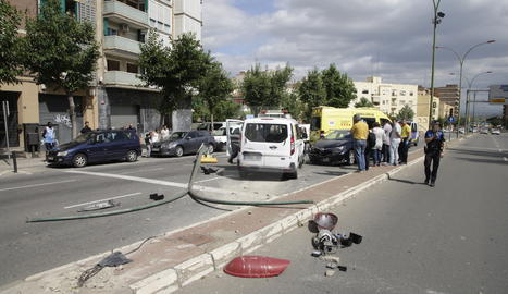 La furgoneta ha xocat amb un semàfor i un turisme.