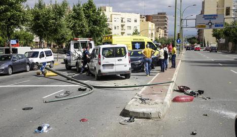 El semàfor destrossat i els dos vehicles implicats en el sinistre.