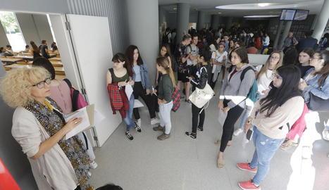 Alumnes entrant en una de les aules per a la primera prova, ahir al campus de Cappont.