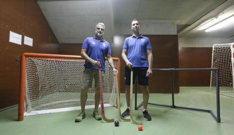 Isidre Brufau, impulsor de la idea, i Marc Soler, coordinador de la base, amb el material que s'utilitzarà.