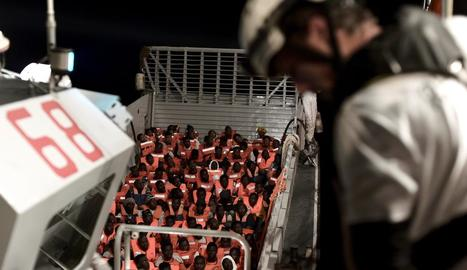 Migrants amuntegats al vaixell 'Aquarius', de l'ONG francesa Sos Mediterranée, diumenge.