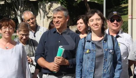 Gerard Dago, acompanyat per la seua advocada a l'entrada dels jutjats de Lleida.