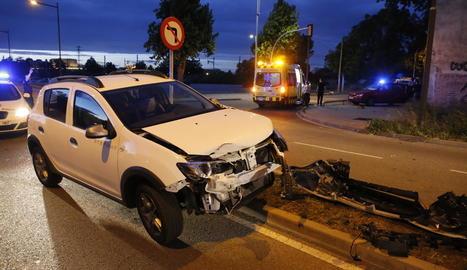 Un dels vehicles accidentats dimarts a la nit a l'avinguda Josep Tarradellas, a Cappont.