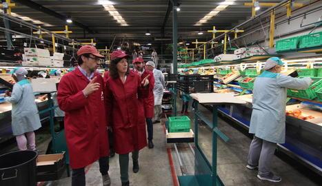 La consellera d'Agricultura, Teresa Jordà, durant la visita a la planta d'Actel a Térmens, ahir.