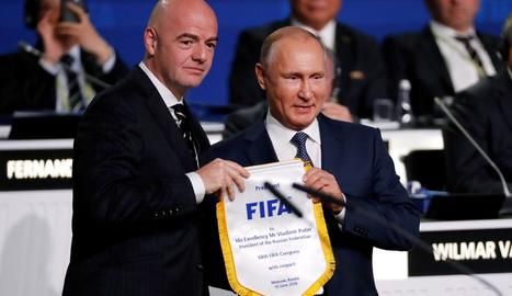 Gianni Infantino i Vladímir Putin, ahir al Congrés que la FIFA va celebrar a Moscou la vigília de l'inici del Mundial.
