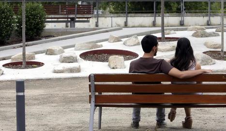 Imatge d'arxiu d'una parella de joves a Lleida.