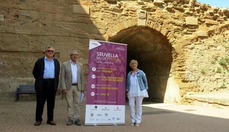 González, Baigol i Parra, ahir darrere del pont llevadís, on se situarà l'escenari.