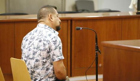 L'acusat d'abusar de la néta de la seua parella a Agramunt, ahir durant el judici a l'Audiència.