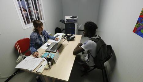 Una assistenta atén un temporer.