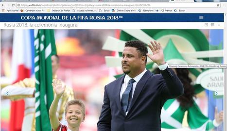 Ronaldo, al costat del nen que va fer el servei d'honor.