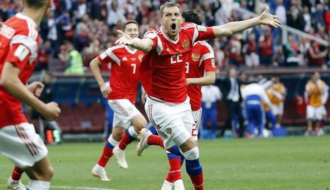 Artem Dzyuba celebra el segon gol que encarrilava el triomf del combinat rus.