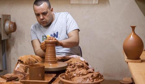 L'artesà ceramista que va oferir una jornada de portes obertes al seu taller de Verdú.