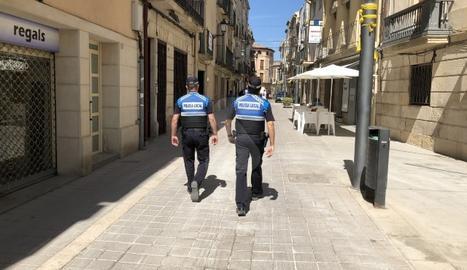 La policia local de les Borges Blanques patrullant pels carrers de la ciutat