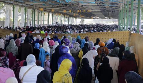 L'últim rés del Ramadà s'ha realitzat a l'exterior davant de l'elevada assistència.