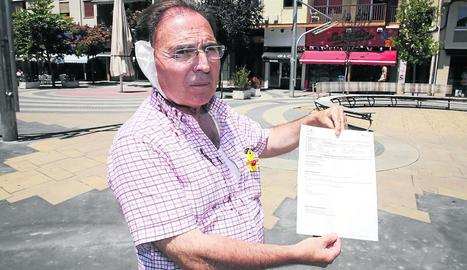 Josep Aldabó, ahir a Ricard Viñes mostrant l'informe de lesions.