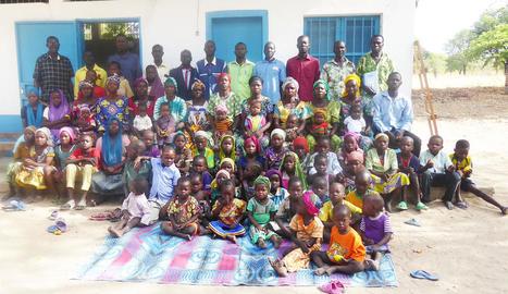 Imatge de la desena de famílies, amb tots els seus membres, que es formen en una escola agrària del Txad gràcies a material lleidatà.