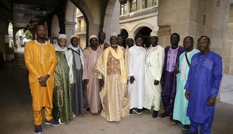 La pregària final va congregar ahir prop de 5.000 musulmans a la marquesina del Pavelló Blau, amb l'habitual espai habilitat que separa les dones.