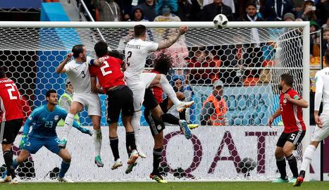 Giménez remata de cap per marcar l'únic gol del partit.