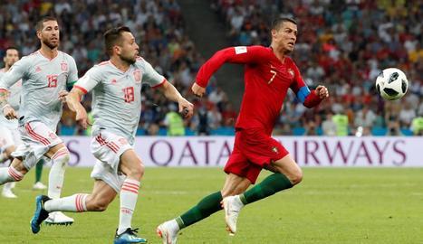 Jordi Alba, jugador del Barça i de la selecció espanyola, persegueix Cristiano Ronaldo, que ahir va anotar tres gols per a Portugal.