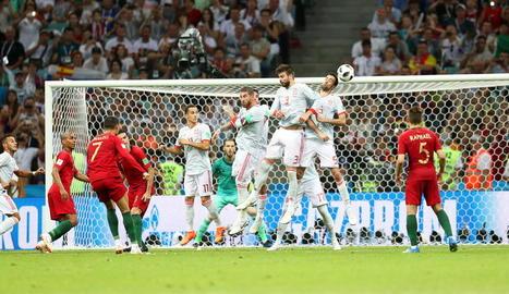 Cristiano Ronaldo va empatar el partit a dos minuts per al final amb un gol de falta directa que va superar la barrera.