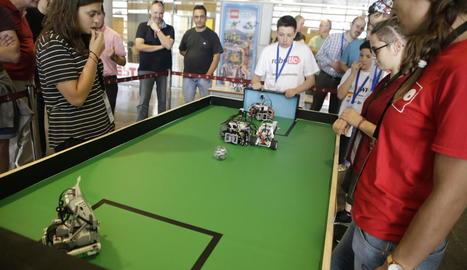 Un dels grups participants ahir en la competició de robòtica celebrada al campus de Cappont de la UdL.