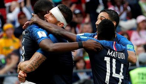 Els jugadors de la selecció francesa celebren el segon gol.