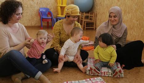 Un grup de famílies en una de les activitats de Down Lleida.