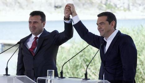 Els primers ministres de Macedònia i Grècia, ahir després de la firma de l'acord a Prespes.
