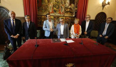 Imatge de la signatura del contracte d'obres.