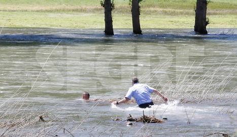 Agents dels Mossos d'Esquadra i la Guàrdia Civil el van poder treure de l'aigua.