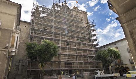 L'estructura metàl·lica i les malles que s'han instal·lat a la façana de la col·legiata neoclàssica de Santa Maria de Guissona.