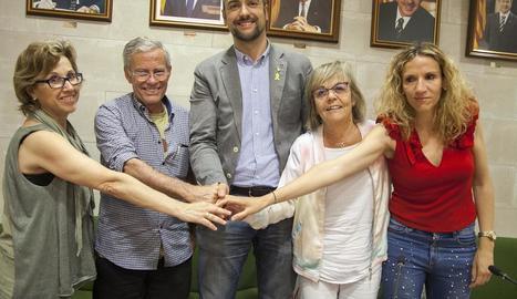 Un moment de la firma del conveni, ahir, entre l'ajuntament d'Agramunt i l'Associació Alba.