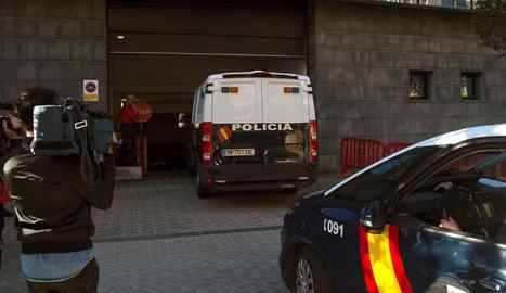 Vista del furgó policial que va traslladar ahir els cinc acusats.