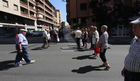 Imatges de la protesta de veïns a Príncep de Viana - El Clot, que reclamen més passos de peatons