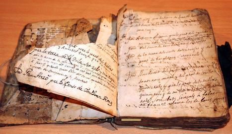 Tres caixes en les quals es conserven algunes de les plaques (esquerra) i el 'Llibre dels capítols de Gessa' (dreta), ja restaurat.