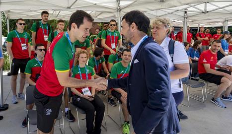 L'alcalde de la Vila Mediterrània, Jesús Ángel García Bragado, rep una de les delegacions.