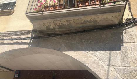Un balcó on Ipcena denuncia que s'han destruït els nius.
