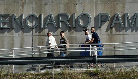 José Ángel Prenda, Jesús Escudero i Ángel Boza, ahir, a l'abandonar la presó de Pamplona.