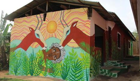 akkra. A la dreta, una dona observant una pintura de les dones africanes que va fer la Cristina a Akkra. A baix, un dels seus murals.