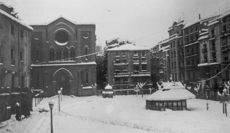 restes. Sota la plaça es conserven les restes de l'antiga església, gairebé davant de la nova.