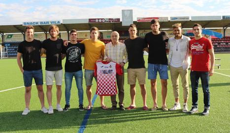 El president del Balaguer, Antonio Aiguadé, amb els vuit jugadors que han renovat.