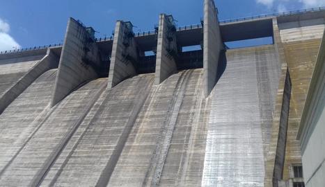 Una pel·lícula d'aigua procedent del sobreeixidor superior cobria ahir la presa de Rialb.
