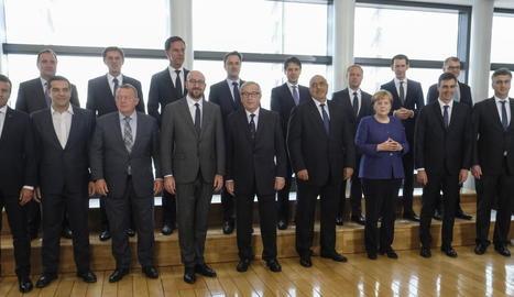 Minicimera - La cimera extraordinària sobre migració i asil convocada ahir a Brussel·les va posar a prova la unitat dels socis comunitaris. Així, únicament hi van participar setze dels vint-i-vuit estats membres, després de la negativa dels p ...